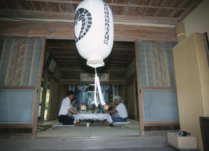 業者による新盆棚飾りの日の写真素材 [FYI03340154]
