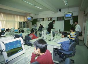 パソコン授業時間の様子の写真素材 [FYI03340181]