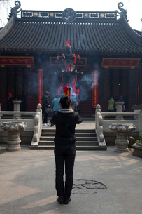 蘇州寒山寺 線香を焚いて祈る人々の写真素材 [FYI03341275]