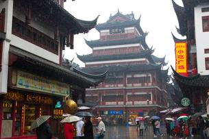 観光客で賑わう雨の豫園商城の写真素材 [FYI03341282]