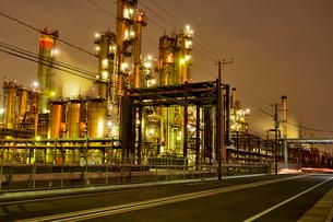 川崎工業地帯の工場から煙たなびく夜景の写真素材 [FYI03341363]