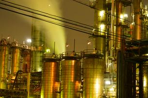 川崎工業地帯の工場から煙たなびく夜景の写真素材 [FYI03341376]