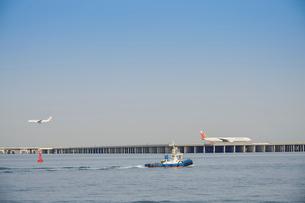 川崎浮島町公園から見た羽田空港を離着陸する飛行機の写真素材 [FYI03341389]