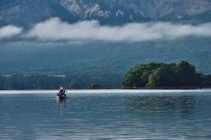 桧原湖湖畔に浮かぶ釣り舟の写真素材 [FYI03341390]