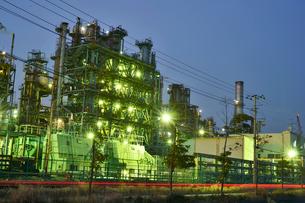 川崎工業地帯の工場から煙たなびく夜景の写真素材 [FYI03341393]