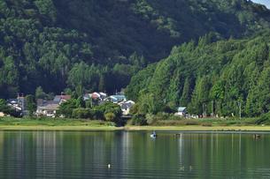 桧原湖湖畔の家々と釣り舟の写真素材 [FYI03341400]