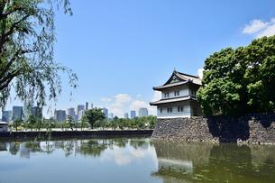 雲が浮かぶ皇居のお堀と城とビル群の写真素材 [FYI03341416]