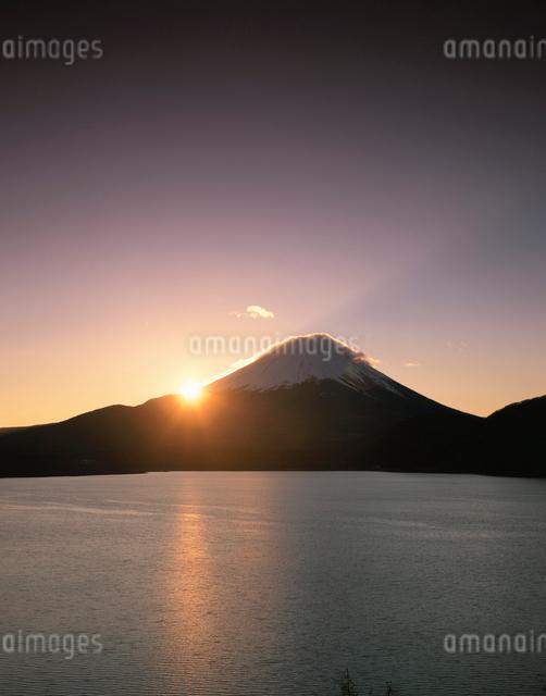 本栖湖から望む富士山と初日の出の写真素材 [FYI03341951]