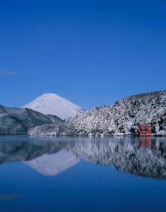 箱根芦ノ湖と富士山の雪景色の写真素材 [FYI03341959]