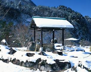 奥飛騨栃尾温泉源泉 足湯の雪景色の写真素材 [FYI03341970]