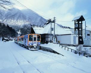 会津鉄道会津線と湯の上温泉駅 雪景色の写真素材 [FYI03341971]