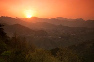 国見が丘より見た日の出の写真素材 [FYI03342248]