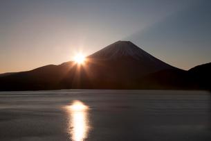 元旦初日の出の富士山(本栖湖より)の写真素材 [FYI03342393]