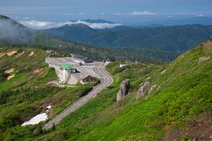 八幡平遊歩道よりアスピーテライン見返峠を望むの写真素材 [FYI03342676]