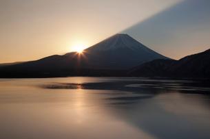 本栖湖々畔より2015年元旦初日の出を撮影の写真素材 [FYI03343013]