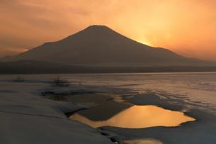 凍結の山中湖の夕景の写真素材 [FYI03343041]