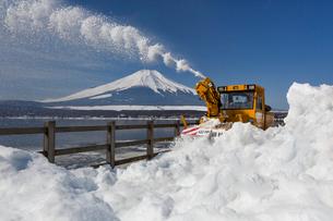 山中湖々畔の除雪風景の写真素材 [FYI03343099]
