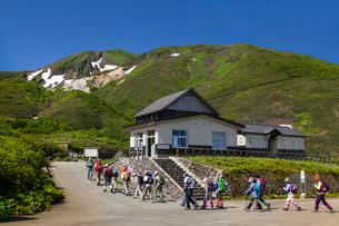 駒ケ岳八合目小屋より登山に向かうハイカーの写真素材 [FYI03343191]