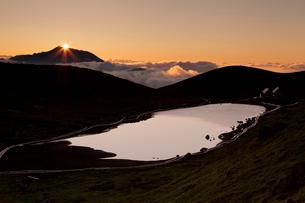 岩手山頂より昇る日の出を望む(駒ケ岳稜線より)の写真素材 [FYI03343262]