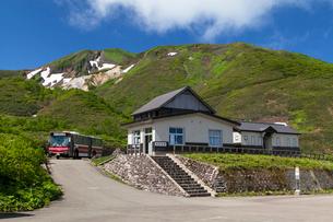 八合目小屋到着の高原バスと駒ケ岳の写真素材 [FYI03343266]