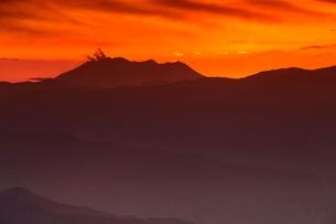 高ボッチ高原より噴煙上げる御嶽山の夕景を望むの写真素材 [FYI03343396]