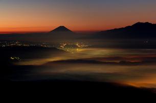 高ボッチ高原より諏訪湖越しの夜明けの富士山を望むの写真素材 [FYI03343399]