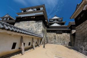 松山城紫竹門東塀より天守閣を望むの写真素材 [FYI03343490]