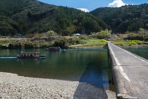 四万十川に架かる三里沈下橋際を通過する観光船の写真素材 [FYI03343514]