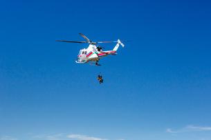 栗駒山山頂でのヘリコプターによる登山者救助活動を望むの写真素材 [FYI03343663]