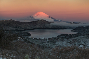 大観峰付近より芦ノ湖と朝焼けの富士山を望むの写真素材 [FYI03343856]