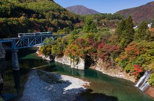 南会津,大川付近を走る会津鉄道を望むの写真素材 [FYI03343875]