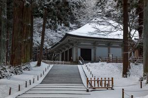 冬の中尊寺 金色堂の写真素材 [FYI03343910]