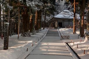 冬の中尊寺 金色堂の写真素材 [FYI03343934]