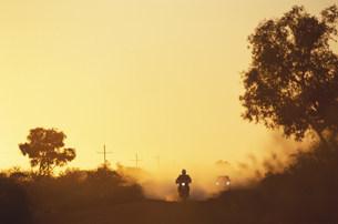 アウトバックを走るバイクの写真素材 [FYI03344112]