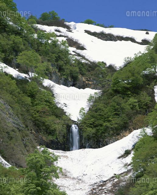 六十里越峠早春のあいよし滝の写真素材 [FYI03344226]