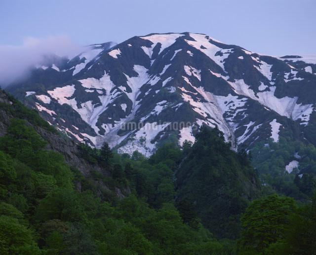 六十里越峠早春の浅草岳の写真素材 [FYI03344227]