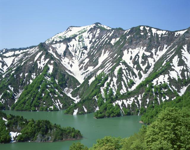 六十里越峠早春の前毛猛山と田子倉湖の写真素材 [FYI03344228]