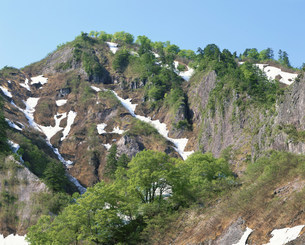 六十里越峠早春の会津烏帽子岳の写真素材 [FYI03344231]