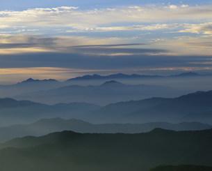 乗鞍岳から望む朝の山並の写真素材 [FYI03344288]