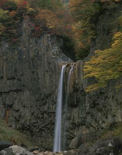 秋の苗名滝の写真素材 [FYI03344460]