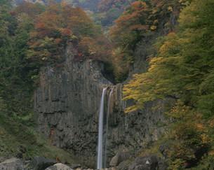 秋の苗名滝の写真素材 [FYI03344466]