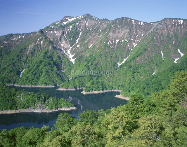 春の田子倉湖と前毛猛山の写真素材 [FYI03344577]