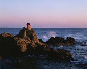磯浜海岸にある海の守り神の写真素材 [FYI03344579]