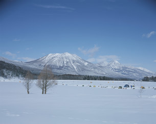 冬の霊仙寺湖と黒姫山と妙高山の写真素材 [FYI03344600]