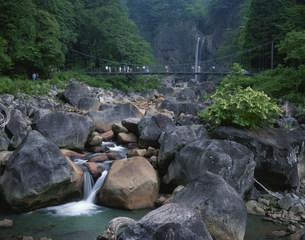 苗名滝と吊り橋の写真素材 [FYI03344929]