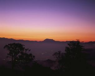 山田牧場から見た夕焼けの妙高山の写真素材 [FYI03345056]