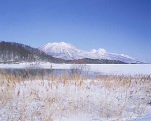 冬の霊仙寺湖と黒姫山と妙高山の写真素材 [FYI03345132]