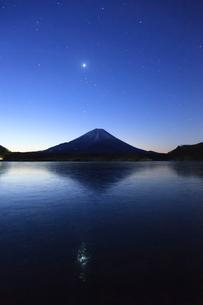 精進湖から望む富士山の写真素材 [FYI03345785]
