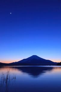 山中湖から望む富士山の写真素材 [FYI03345799]