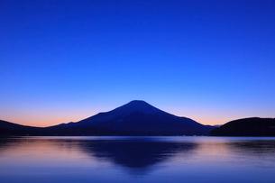 山中湖から望む富士山の写真素材 [FYI03345802]